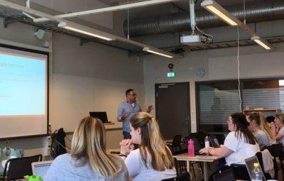 Tomas Axelsson lär ut grunderna i HTML